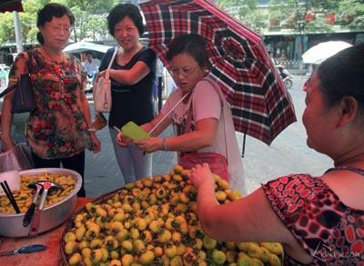 随处可见小贩卖刺梨
